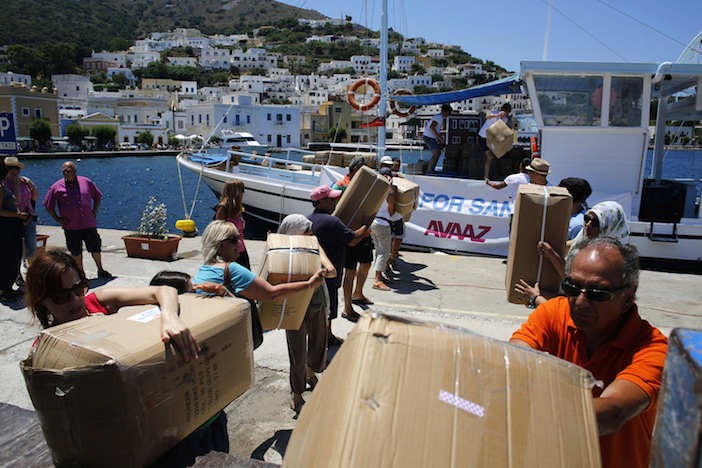 Offloading supplies at Leros island, Greece. Volunteers of the Leros Solidarity Network receive sleeping bags and other supplies from Avaaz members. Photo by Giorgos Moutafis / Avaaz