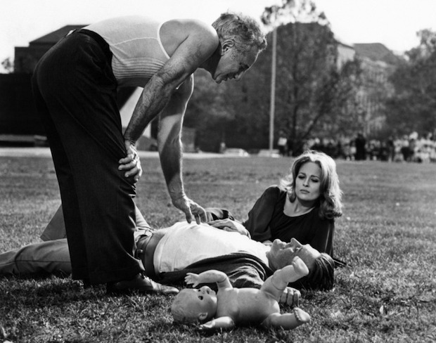 """Kazan has a chat with Kirk Douglas and Faye Dunaway on the set of """"The Arrangement"""" in 1969"""